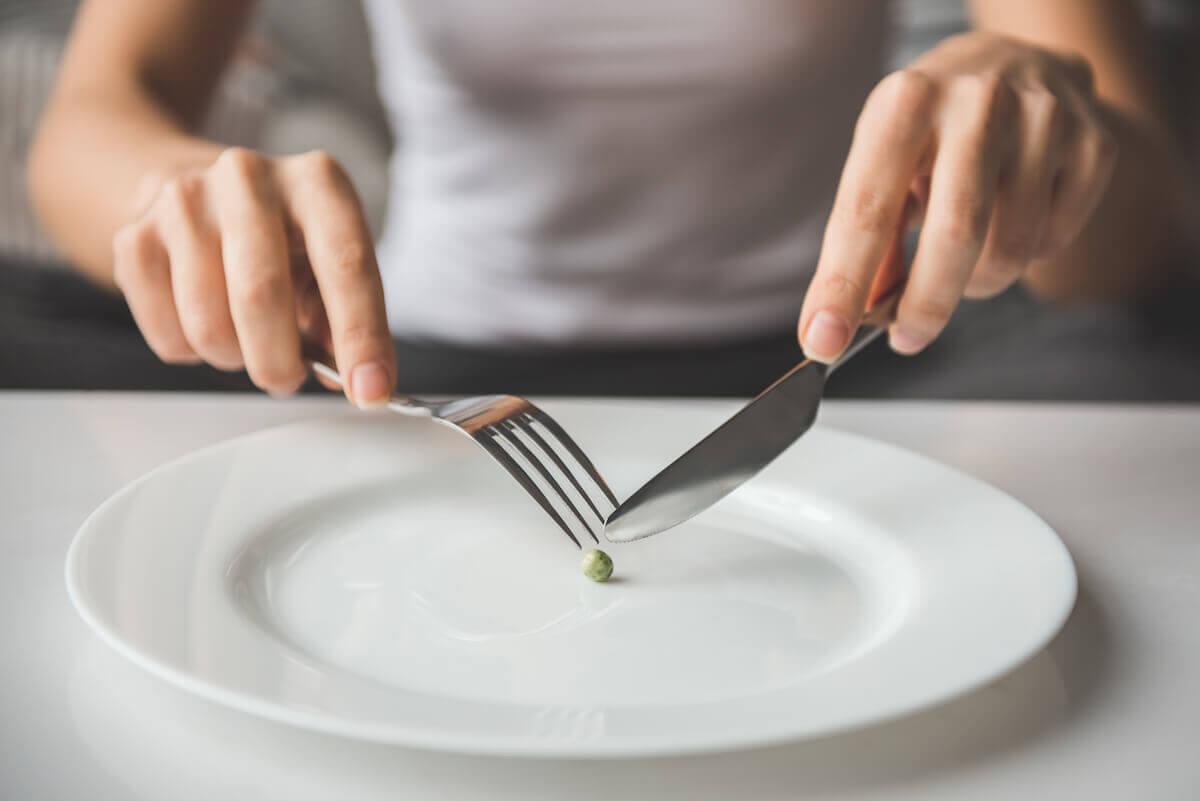 ما الفرق بين الأكل المضطرب و اضطرابات الأكل